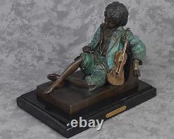 Garçon Au Ralenti De Violon De Leon Tharel De Cru Endormi Avec La Figure De Sculpture En Bronze De Violon